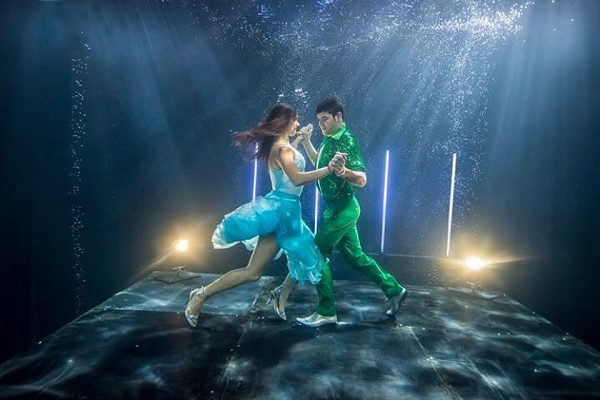 Fitbit Splashes Into The Times With Aquabatix Underwater Models